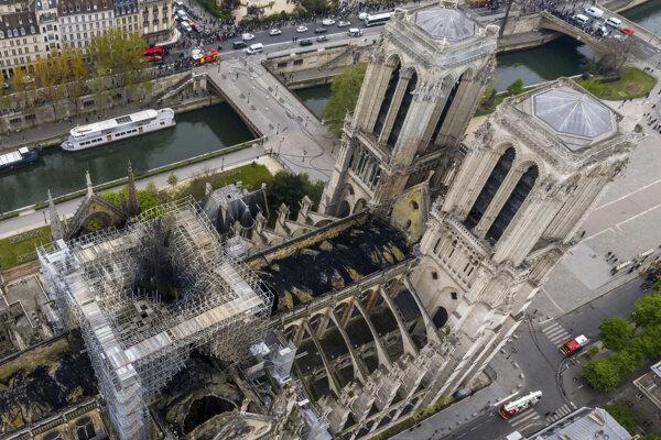 Na leteckej snímke pohľad na zničenú katedrálu Notre-Dame.