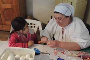 Výroba patchworkových kraslíc.