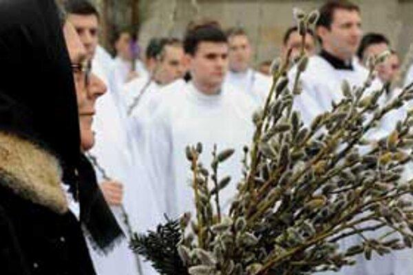 V katolíckych kostoloch si veriaci dávajú požehnávať bahniatka.