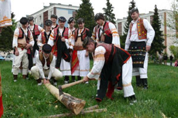 Tradícia stavania májov v niektorých obciach pretrváva do dnes.