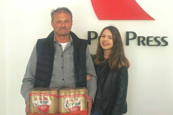 Pre kartón piva si prišiel víťaz 5. kola Štefan Mrllák (s dcérou Hankou).