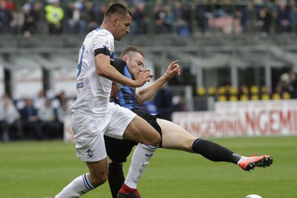 Slovenský obranca Interu Milan Škriniar (vpravo) a hráč Atalanty Berat Djimsiti v súboji o loptu.