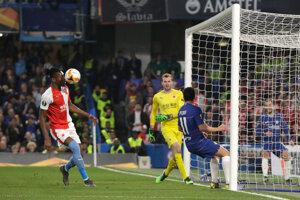 Hosťujúci Simon Deli si strieľa vlastný gól.