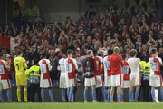 Futbalisti Slavie Praha ďakujú svojim fanúšikom.