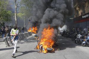Sobotňajšie protesty sprevádzajú požiare.