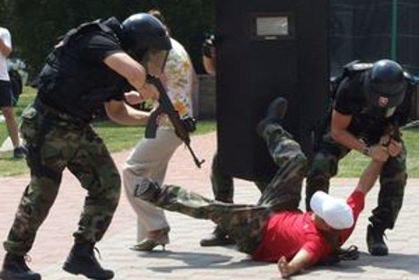Príslušníci špeciálnej jednotky Policajného zboru si s ozbrojeným páchateľom poradili a rukojemníčku oslobodili.