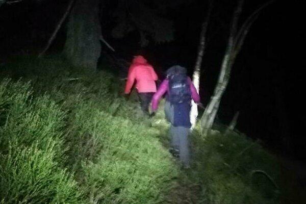 Dve české turistky zišli z chodníka v oblasti sedla pod Suchým.