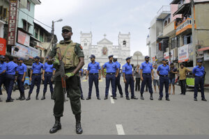 Polícia stráži okolie jedného z kostolov.