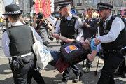 Britská polícia v súvislosti s protestmi organizovanými skupinou Extinction Rebellion zadržala od pondelka 963 osôb.