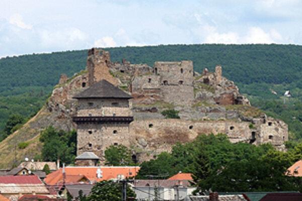 Súťažiť bude stovka lukostrelcov priamo medzi ruinami hradu.