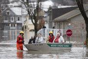 Obyvateľov evakuujú do bezpečia.