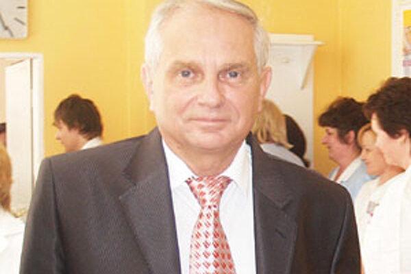 Riaditeľ lučeneckej nemocnice Július Höfer potvrdil, že oddelenie pediatrickej intenzívnej medicíny zatiaľ nekončí, hoci ho VšZP nezazmluvnila.