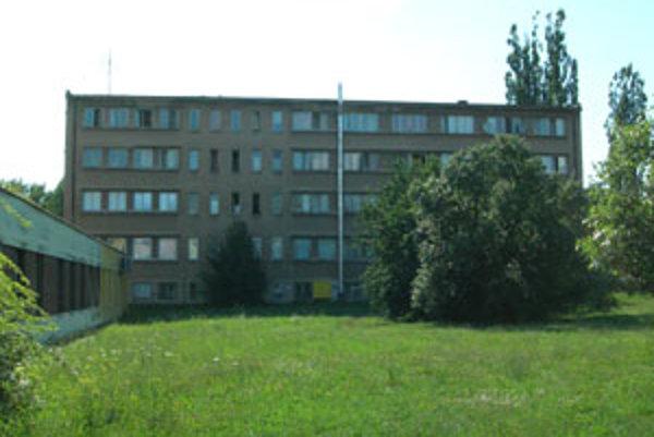 Z okna tejto ubytovne v Lučenci vypadol pätnásťmesačný chlapček.