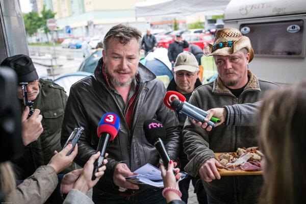 Sprava farmári Magdoško a Oravec pred budovou Pôdohospodárskej platobnej agentúry.