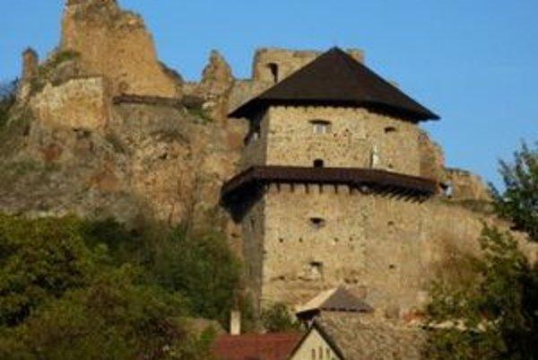 Primátor J . Kaličiak tvrdí, že čo on vie, tak z Fiľakovského hradu sa doposiaľ ľuďom žiaden prezident neprihováral. Ivan Gašparovič tak bude prvý.