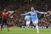 Bernardo Silva (vpravo) oslavuje gól do siete Manchesteru United.