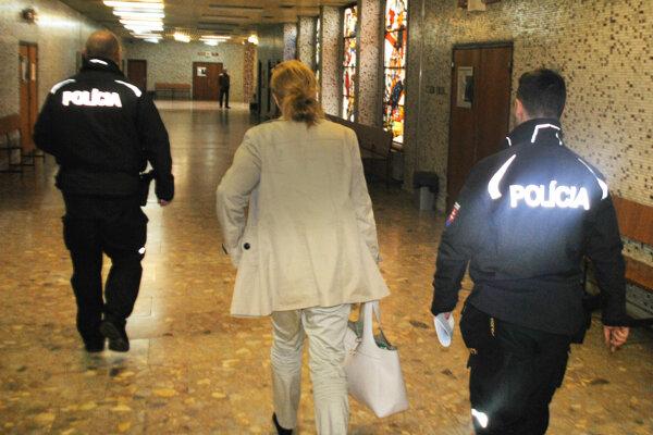 Annu S. odvádza policajná eskorta do väznice