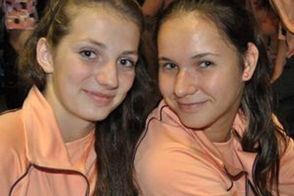 Úspešné volejbalové duo poltárskeho MVK Andrea Štrbová (vľavo) a Karin Radová.