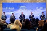 Na snímke zľava premiér Poľska Mateusz Morawiecki, japonský premiér Šinzó Abe, premiér SR Peter Pellegrini, premiér Česka Andrej Babiš, vicepremiér a minister financií Maďarska Mihály Varga počas tlačovej konferencie na summite V4 + Japonsko v Bratislave.