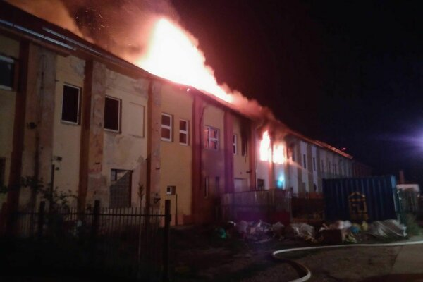 V Nových Zámkoch na Komárňanskej ceste dnes bojujú hasiči s požiarom už od skorého rána. Horí tu strecha staršej budovy, v ktorej sídli viacero firiem.