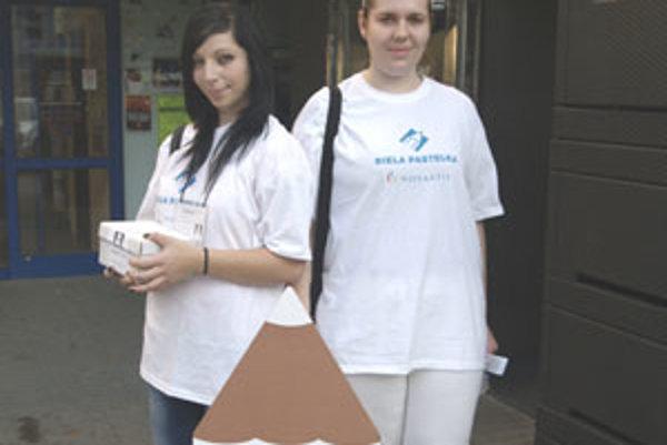 V uliciach Lučenca predávali biele spinky študentky Pedagogickej a sociálnej akadémie.