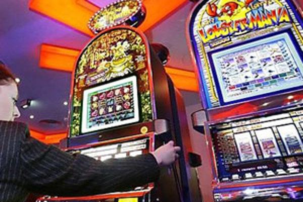 V mnohých prípadoch automaty pravidelne kŕmia peniazmi nezamestnaní ľudia.