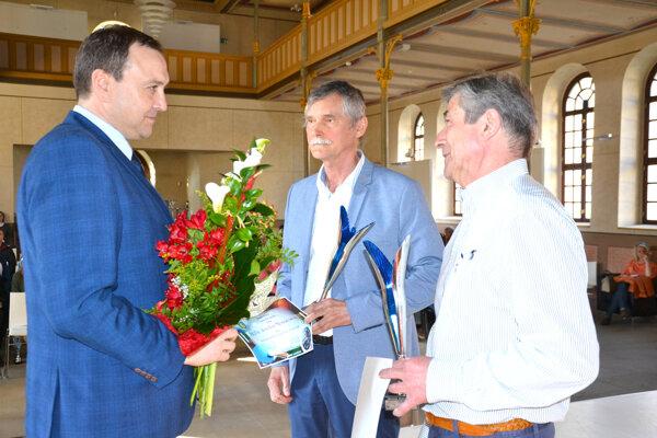 Čestné uznanie za celoživotný prínos pre šport si odniesli Jozef Mészáros (v strede) aMichal Bátovský (vpravo).
