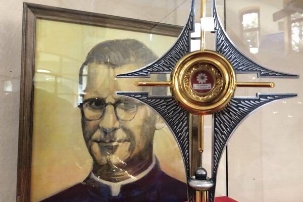 Relikvie slovenského saleziána, blahoslaveného Titusa Zemana v rímskokatolíckom kostole Narodenia svätého Jána Krstiteľa v obci Kokošovce.