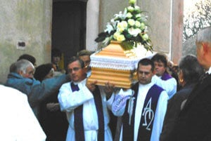 Biskup Eduard Kojnok bol pochovaný na cintoríne vo svojej rodnej obci.