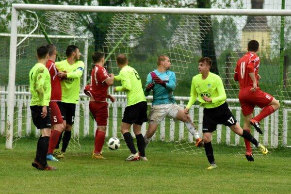 Obranca Veľkých Revíšť Jaroslav Dargaj (vpravo) strieľa jeden z desiatich gólov zápasu.