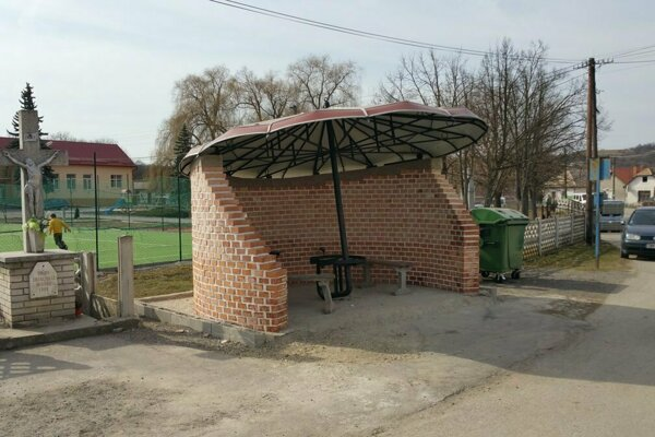 V Husinej majú takúto netradičnú autobusovú zastávku.