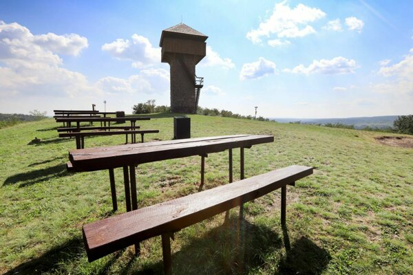Pri Vartovke v minulosti osadili lavice so stolmi.