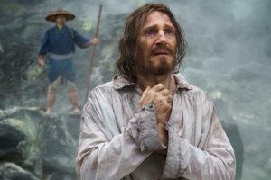Liam Neeson vo filme Mlčanie.
