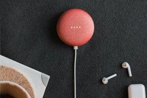 Hlasový asistent Google Home Mini a AirPods slúchadlá od Apple. Podcasty počúvajú ľudia na rôznych zariadeniach
