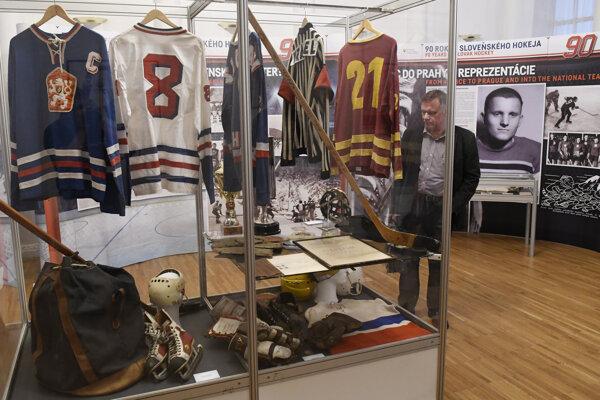 Na výstave môžu návštevníci okrem iného vidieť aj to ako sa postupne vyvíjala hokejová výstroj.