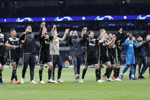Futbalisti Ajaxu Amsterdam po zápase semifinále Ligy majstrov Ligy Majstrov na štadióne Tottenhamu.