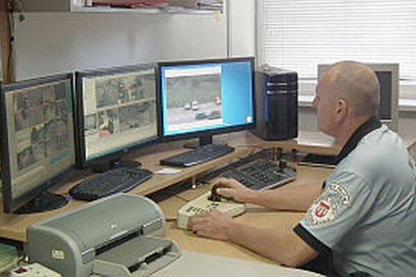 Situáciu v meste prostredníctvom kamerového systému monitoruje stála služba.