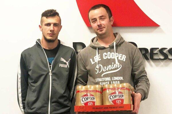V 7. kole vyhral kartón piva Marek Rajtár z Martina nad Žitavou. Vľavo je ďalší tipér Kristián Frajka. Obaja sú futbaloví rozhodcovia.