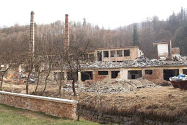 Obec je chudobná, po krachu tunajších sklární ľudia stratili sociálne istoty.