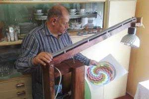 Milan Pupala so svojím prístrojom na určovanie ochorení podľa farebného spektra.
