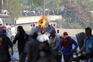 Násilné demonštrácie vo Veneuzele pokračovali aj v stredu.