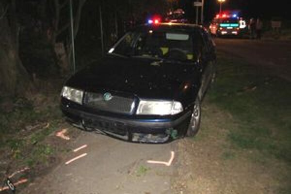 Auto mladého vodiča skončilo na chodníku.
