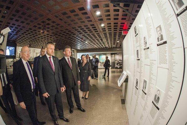 Na snímke zľava riaditeľ Divízie medzinárodných archívnych programov Amerického múzea holokaustu Radu Ioanid, slovenský premiér Peter Pellegrini a minister zahraničných vecí a európskych záležitostí SR Miroslav Lajčák si pozerajú expozíciu v Americkom múzeu holokaustu.