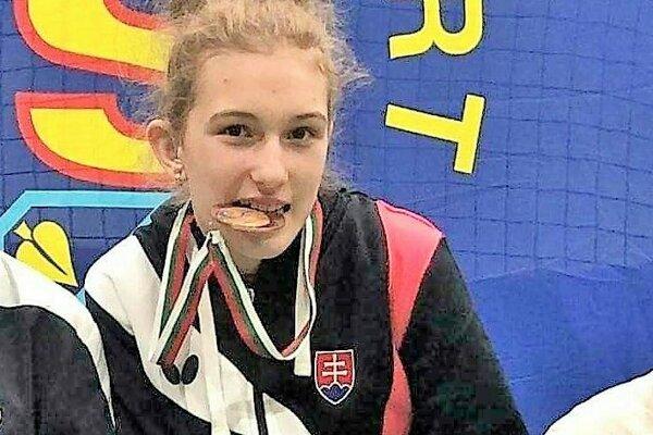 Ema Štetková s bronzovou medailou.