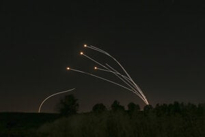 Desiatky rakiet vypálených z pásma Gazy na Izrael zachytil a zničil systém protivzdušnej obrany Železná kupola.