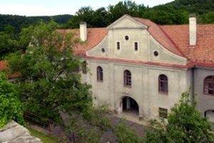 Kalvária v Modrom Kameni bola založená grófom Pavlom Balašom. Jej popis a zmienka pochádza z roku 1789.