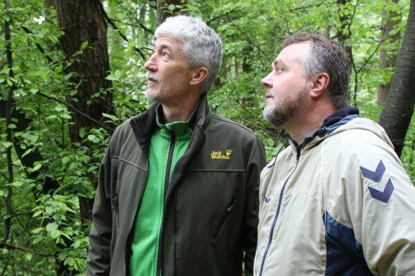 Aktivisti Michal Bizoň a Richard Pekara rozbehli petíciu za lesopark nad Púchovom.