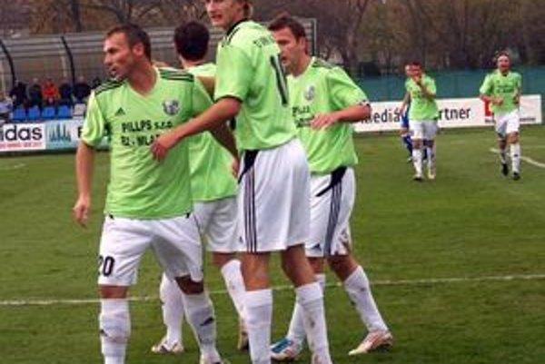 Radosť futbalistov Ružinej po vsietení gólu Lukášom Blaščíkom.
