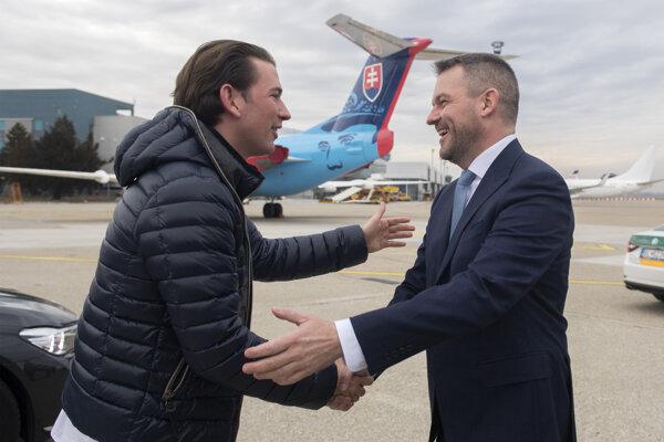 Vpravo predseda vlády Peter Pellegrini (Smer) a vľavo rakúsky premiér Sebastian Kurz.