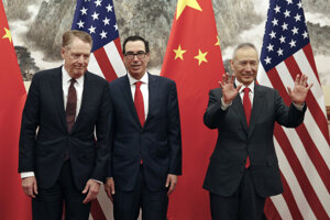 Čínsky vicepremiér Liou Che (vpravo), americký minister financií Steven Mnuchin (uprostred)a americký obchodný zástupca Robert Lighthizer (vľavo).